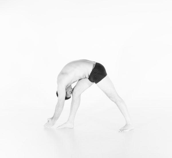 11. Debout, jambes séparées, front au genou